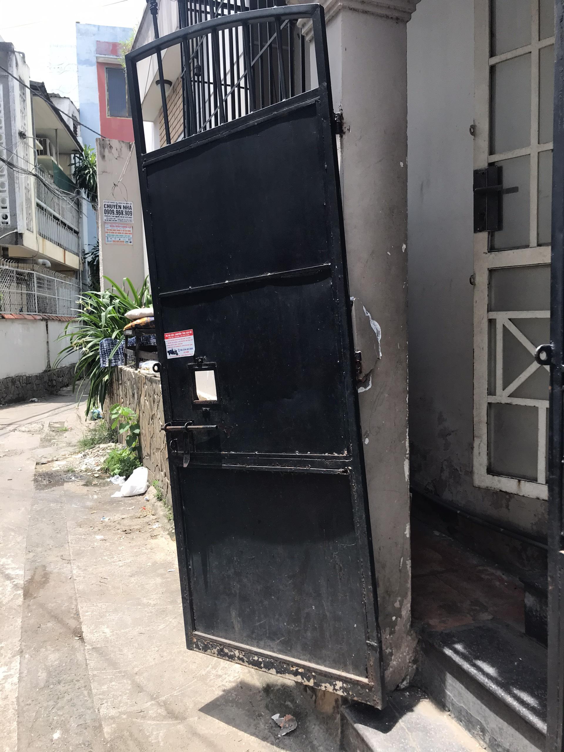 sửa cửa sắt gẫy bản lề